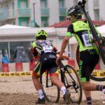 Bici in spalla sulla sabbia di Senigallia