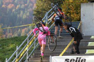 La maglia rosa Folcarelli in azione sui 48 scalini