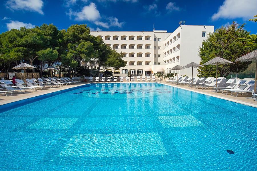 La vista della piscina del Caroli Hotel Ecoresort Le Sirenè
