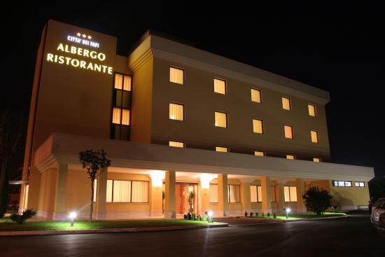 l'albergo ristorante Città dei Papi di notte